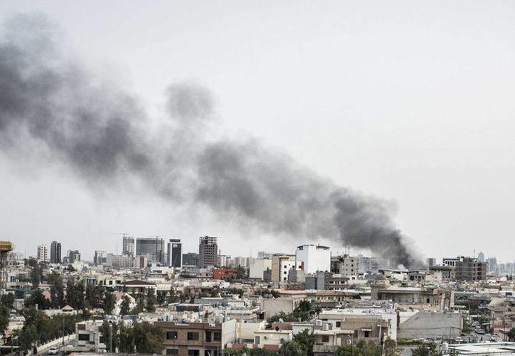 Vista del humo procedente de la explosión de un coche bomba, sobre los edificios de la ciudad de Erbil, Irak. (Archivo/EFE)