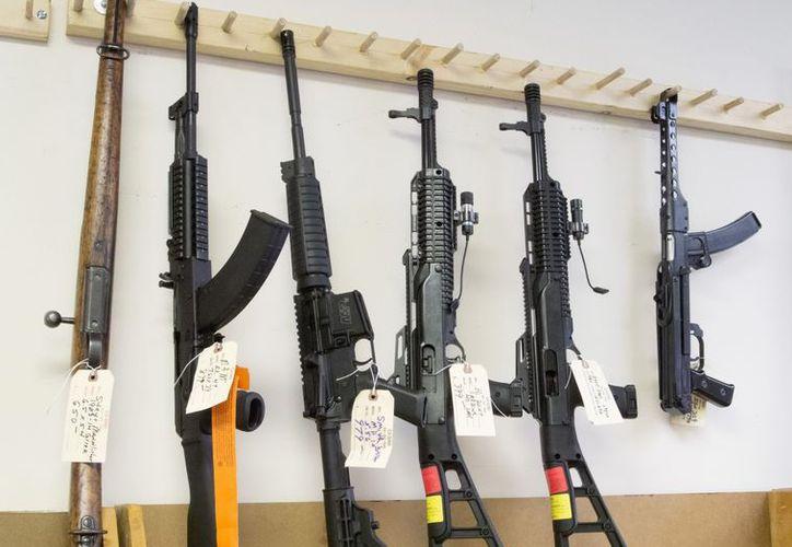 Vista de unos rifles de asalto semiautomáticos en una armería de Tucker, en Georgia, EU. (EFE)