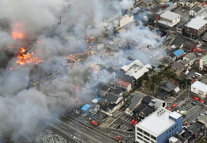 Densas nubes de humo surgen de varios edificios durante un incendio en Itoigawa, en el norte de Japón. (Kyodo News vía AP)
