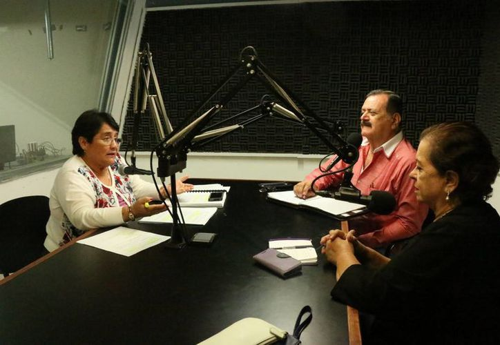 Ligia Aurora Cortés Ortega (i), magistrada primera de la Sala Colegiada Penal del Tribunal Superior de Justicia de Yucatán, habló sobre la violencia en el programa radial Salvemos una vida, de Grupo SIPSE. (SIPSE)