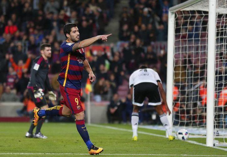 Luis Suárez anotó cuatro goles este miércoles ante el Valencia, con lo que llegó a 35 dianas en la temporada, superando el récord del brasileño Romario. (AP)