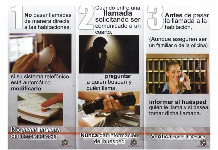 Entregan trípticos de información en hoteles. (Julián Miranda/SIPSE)