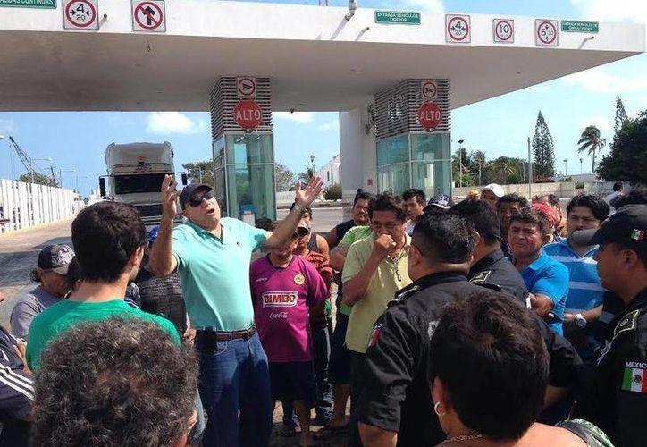 Pescadores de Progreso bloquean el acceso al puerto de altura durante la protesta de este jueves. (SIPSE)