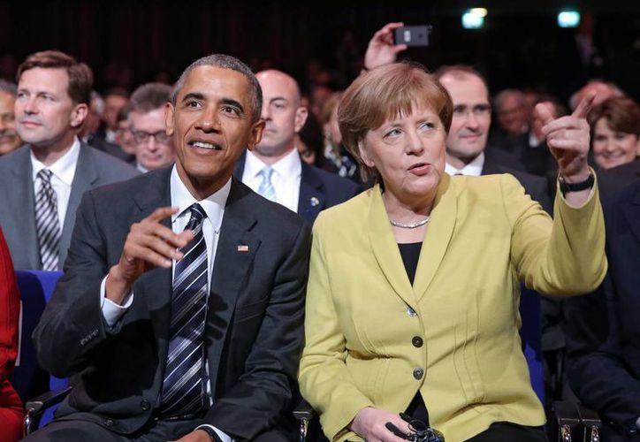 Obama destacó la perseverancia política de Angela Merkel e incluso su sentido del humor, aunque no suele mostrarlo en público. (EFE)
