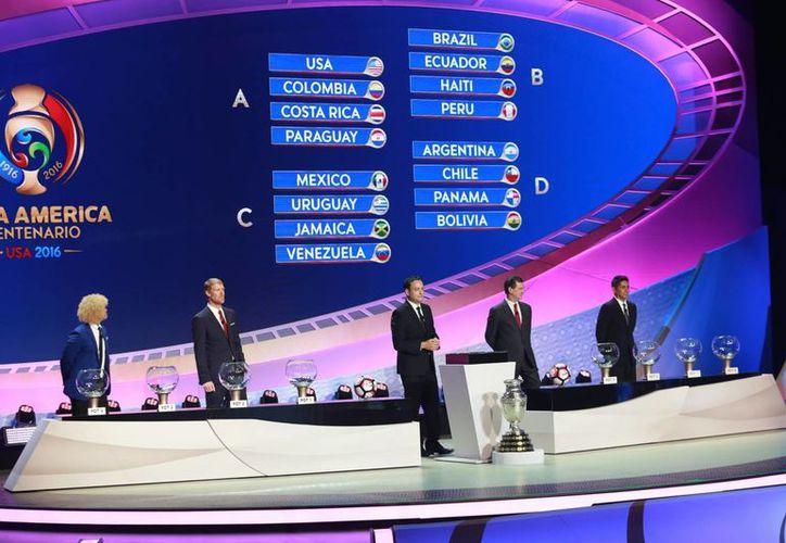 Este lunes se dieron a conocer los horarios de los partidos de la Copa América Centenario. En la foto, el sorteo de la fase de grupos llevado a cabo hace poco. (Notimex)