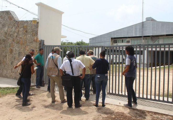 No les dejaron ingresar, ni tampoco mostrar la documentación pues les argumentaron que no había personal administrativo. (Foto: Alejandra Carrión / SIPSE)