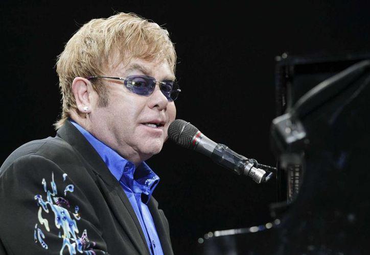 Elton John dijo que el alcalde de Venecia es 'extremadamente estúpido' por ordenar el retiro de 49 textos que inculcan a los niños el respeto a quienes son diferentes. (Archivo/AP)