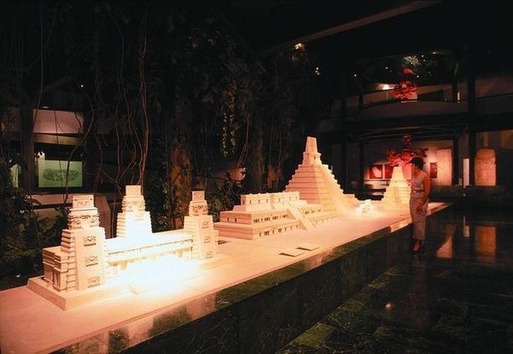 Un grupo de 20 jóvenes esta capacitado para ofrecer el recorrido guiado por las instalaciones del Museo de la Cultura Maya. (Jorge Carrillo/SIPSE)