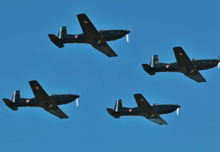 Como parte de las celebraciones, los pilotos del Escuadrón 201 hicieron una demostración de sus habilidades en el aire. (Gustavo Villegas/SIPSE)