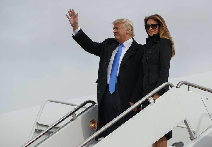 El presidente electo de Estados Unidos, Donald Trump, y su esposa Melania a su llegada a Washington. (AP/Evan Vucci)