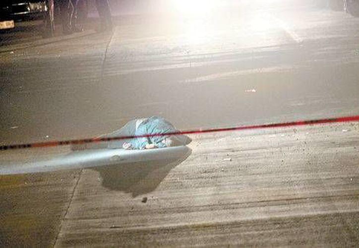 Cadáver de una de las cinco víctimas del enfrentamiento en en el poblado Mesa de la Reforma, Chihuahua. (Milenio)