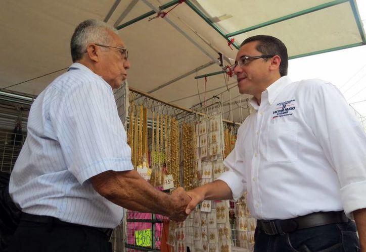El candidato Víctor Hugo Lozano Poveda conversó con comerciantes. (Milenio Novedades)