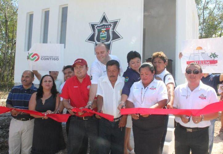Las autoridades durante la entrega de la caseta de vigilancia en San Pedro Cobá. (Redacción/SIPSE)