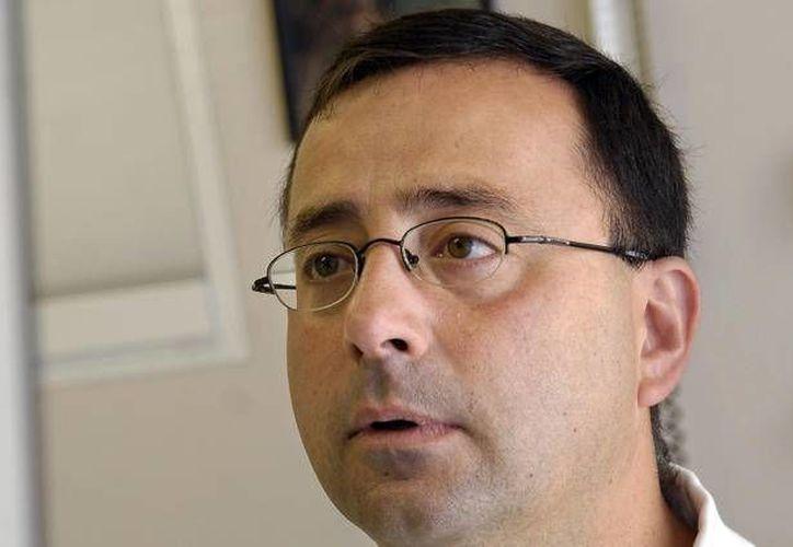 La situación penal del doctor Larry Nassar se complica. Ahora enfrenta decenas de denuncias por abuso sexual. (Foto de AP de archivo, de 2008)
