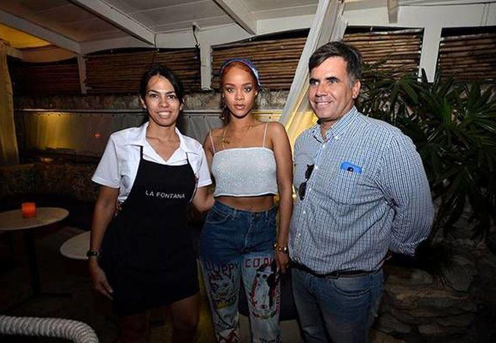 La cantante Rihanna, quién se encuentra de paseo en Cuba, disfrutó de los platillos y bailes típicos del país. (Fotografía: globovision.com)