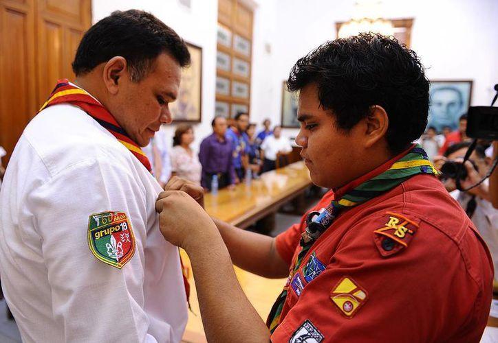 Zapata Bello recibe la pañoleta scout de parte del Gobernador por un día, José Armando Mis Montero. (Cortesía)