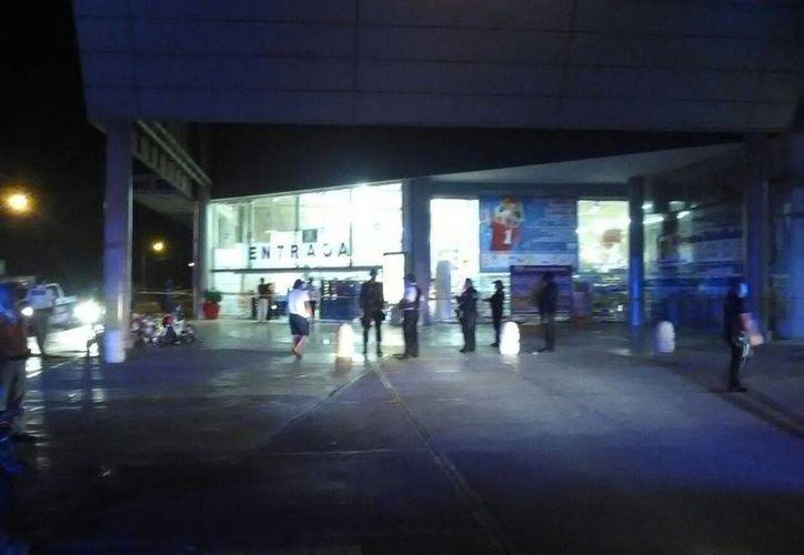El reporte de un supermercado saqueado anoche, motivó un operativo para resguardar la seguridad de establecimientos en Cancún. (Redacción/SIPSE)