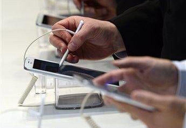 Inspección al nuevo Galaxy Note 8 de Samsung en el congreso de Barcelona. (Agencias/Archivo)