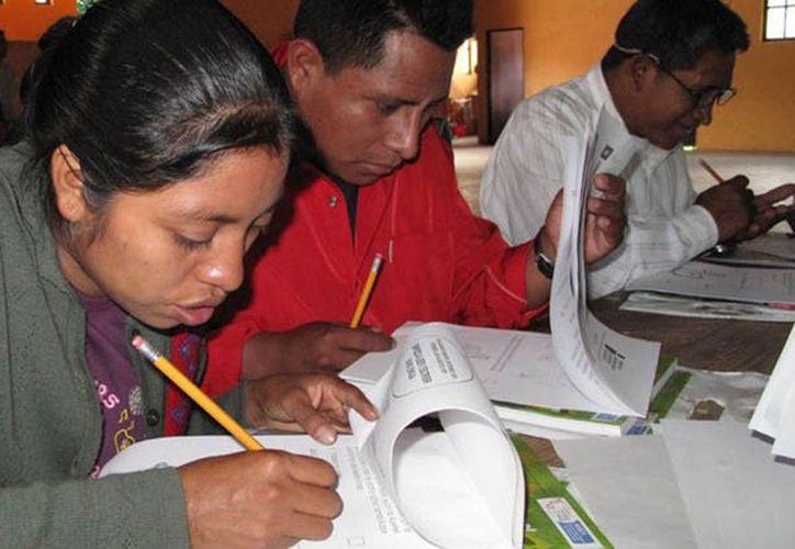 En todo el país, se atiende a 112 mil personas que no tienen sus estudios de nivel básico. (El Centro Noticias)