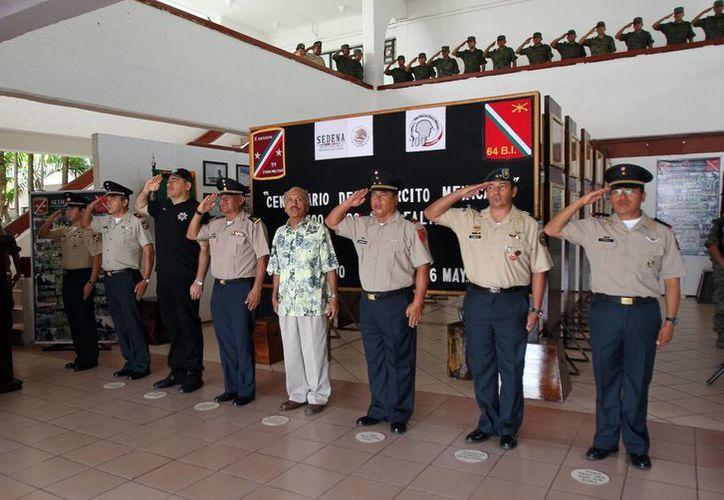Autoridades participaron en un protocolo con motivo de los 100 años de lealtad y de la creación del Ejército. (Redacción/SIPSE)