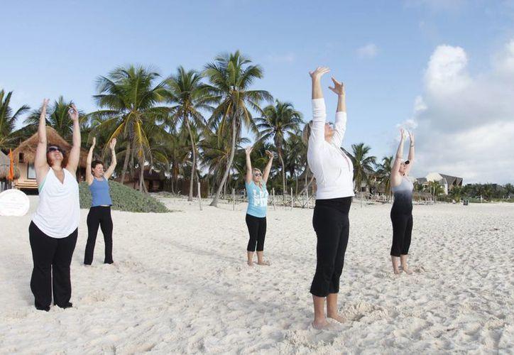Los ejercicios o movimientos los pueden realizar personas de todas las edades. (Archivo/SIPSE)