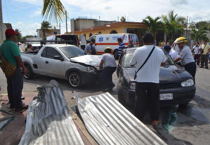 El conductor responsable resultó ileso, mientras que los dos afectados fueron trasladados al hospital. (Foto: Redacción/SIPSE)