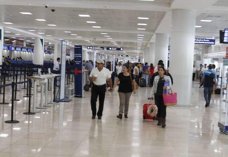 El aeropuerto de Cancún realiza las actividades cotidianas, sobre todo las operaciones aéreas. (Redacción/SIPSE)
