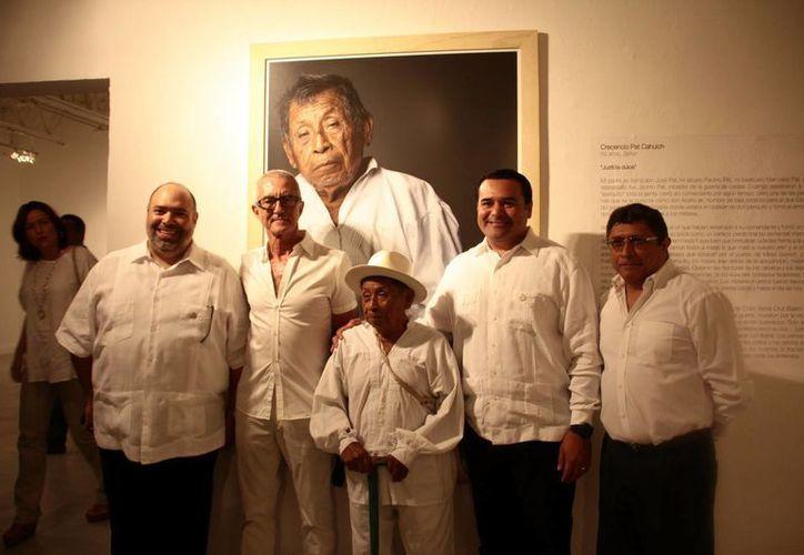 El alcalde de Mérida, Renán Barrera, fue el encargado de inaugurar la exposición del canadiense Serge Barbeau, en el Museo de la Ciudad. (Jorge Acosta/SIPSE)