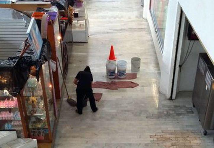 Los centros comerciales son inspeccionados para detectar daños causados en su estructura por las lluvias. (Tomás Álvarez/SIPSE)