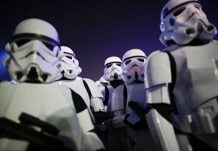 En diciembre se estrenará el séptimo episodio de la saga de la Guerra de las Galaxias, The Force Awakens. En la foto, personas disfrazadas como stormtroopers en Rio de Janeiro. (AP)