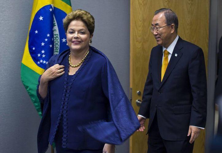 Dilma Rousseff, presidenta de Brasil, llega con el secretario general de la ONU, Ban Ki-moon, para una sesión de fotos durante la 68va sesión de la Asamblea General de la ONU. (Agencias)