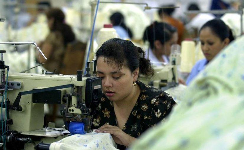El 80% de la producción local es para EU. Imagen de una trabajadora en una maquiladora del Estado. (Milenio Novedades)