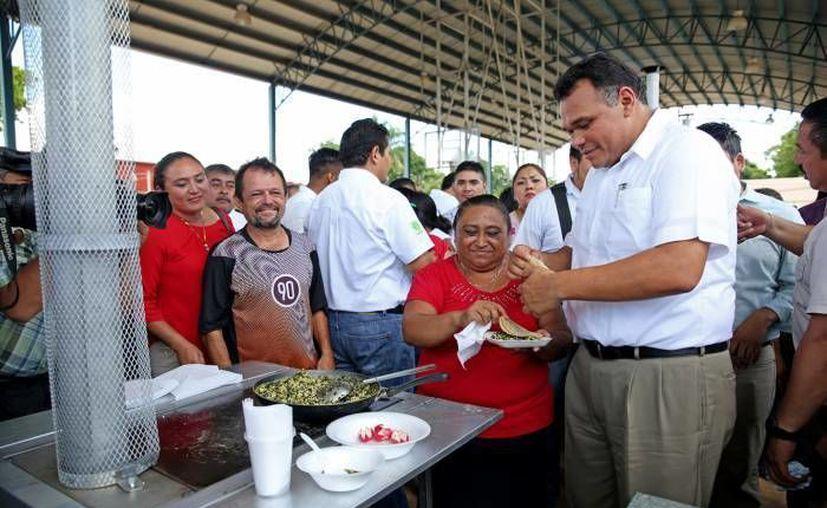 Para este jueves, Rolando Zapata Bello, tiene agendado la entrega de estufas ecológicas en Tizimín. (Archivo/ Milenio Novedades)