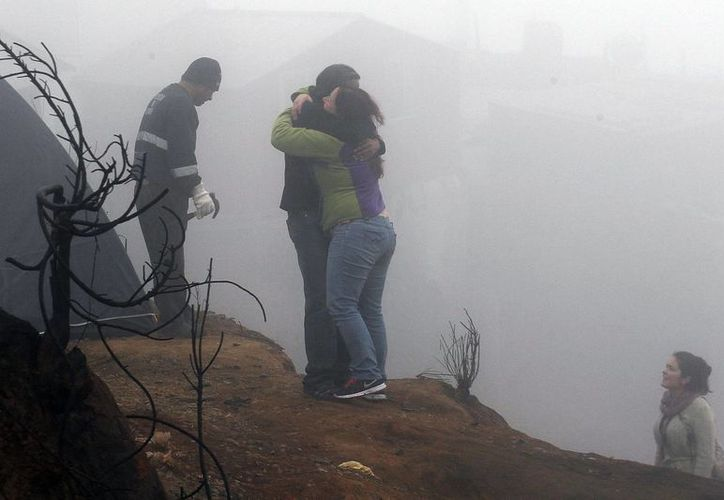 Muchos habitantes de las quebradas de Valparaíso se niegan a abandonar sus destruidos terrenos por miedo a perderlos. (AP)