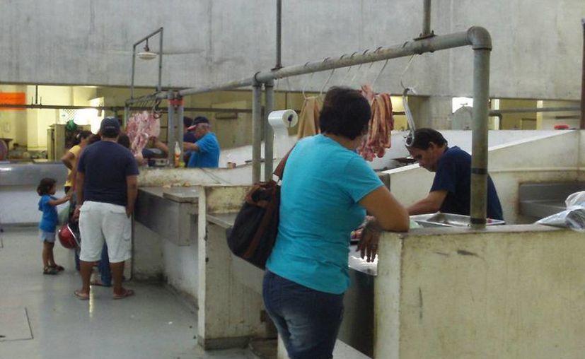 El área de carnes del mercado municipal de Progreso trabaja al 40 por ciento de su capacidad instalada. (Manuel Pool/SIPSE)