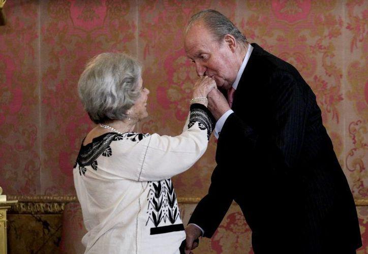 El rey de España, Juan Carlos de Borbón, besa la mano de Elena Poniatowska. (Notimex)