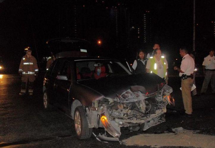 El automóvil de la marca Volkswagen, que chocó al camión de bomberos, quedó con la parte delantera completamente destruida. (Cortesía)