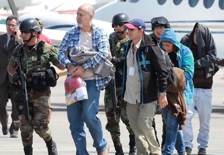 Escolta en Lima, Perú, de dos mexicanos junto con otros detenidos, como parte de una banda internacional de narcotraficantes de cocaína. (EFE/archivo)