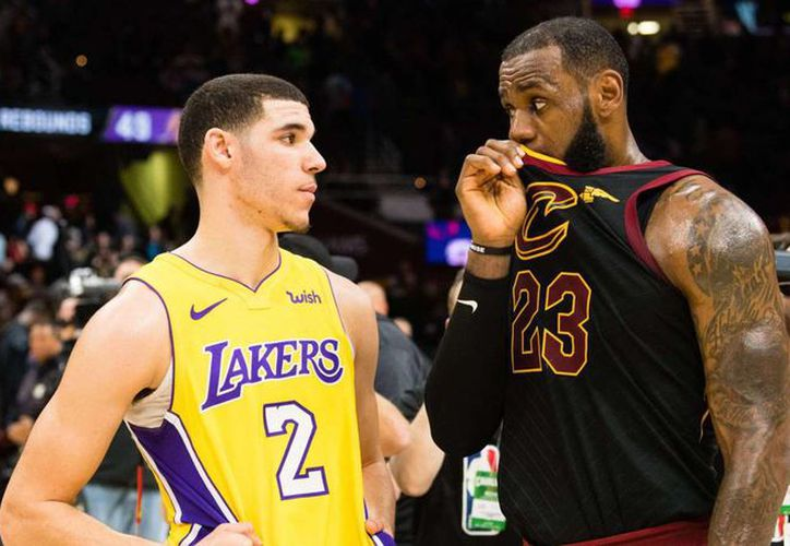 El gigante estaría por decidir entre quedarse en su equipo o migrar a los Lakers. (AS)