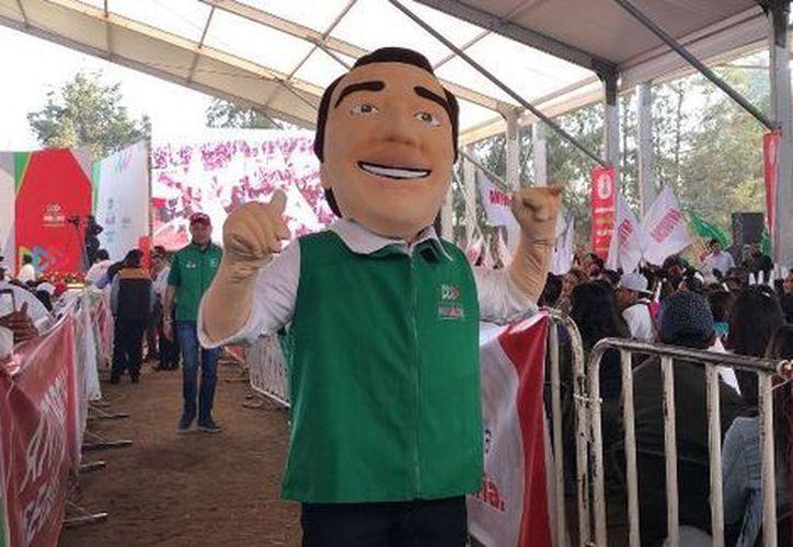 """Se presentó a la botarga del candidato presidencial de la coalición """"Todos por México"""". (Israel Navarro/Milenio)"""
