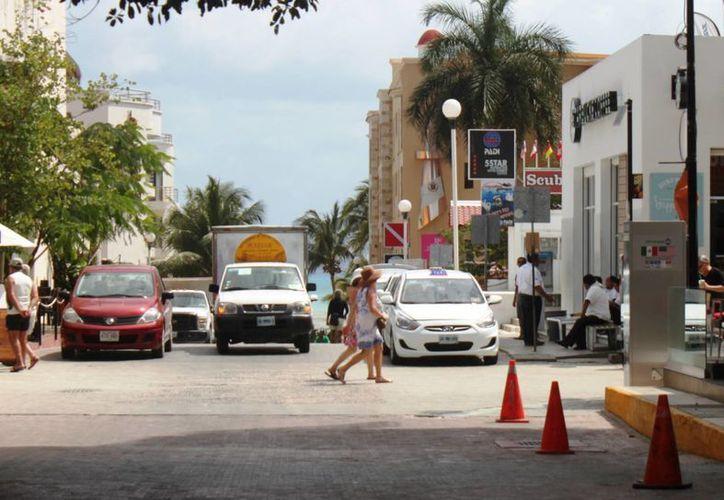 Las camionetas de transporte de turistas, no tienen permiso para hacer traslados entre dos puntos del centro de la ciudad. (Daniel Pacheco/SIPSE)