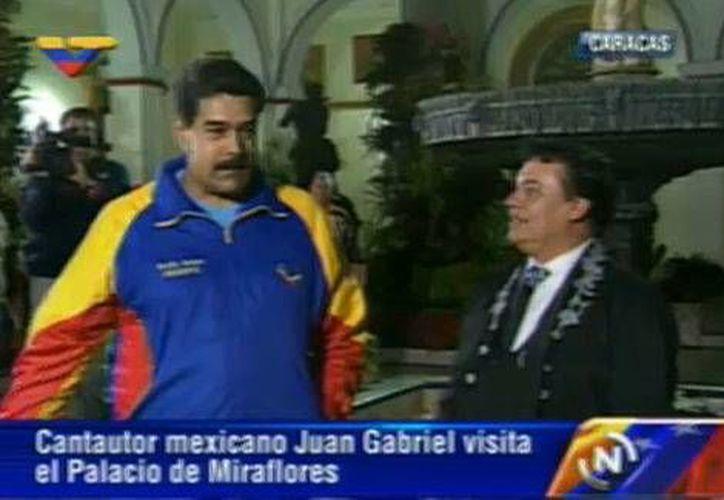 El presidente de Venezuela, Nicolás Maduro, durante la reunión con el cantautor mexicano Juan Gabriel, en el palacio de Miraflores, en Caracas. (milenio.com)