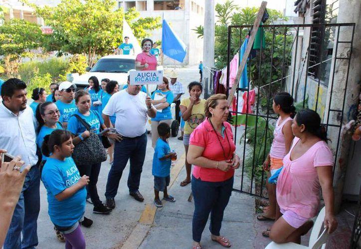 La candidata visitó habitantes de las colonias. (Lanrry Parra/SIPSE)