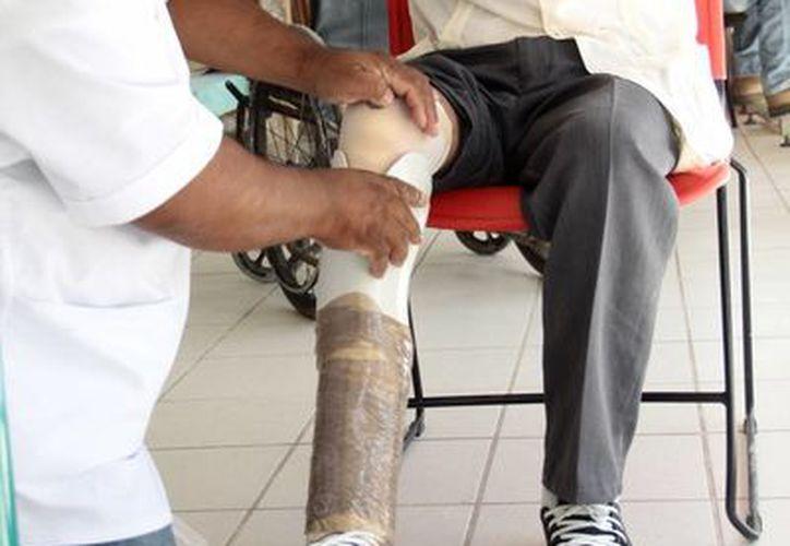 Una persona de la tercera edad recibe rehabilitación física, una disciplina que anteriormente se pensaba era solo para las personas con discapacidad, pero que ahora ha ampliado su campo de acción. (Milenio Novedades)