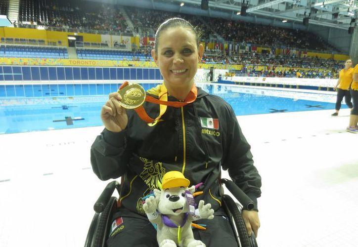 Las nadadores mexicanas Nely Miranda y Haidee Aceves se quedaron con plata y bronce en la prueba de los 50 metros dorso de los Juegos Parapanamericanos Toronto 2015, en la foto Miranda con su medalla de oro conseguida en otra prueba. (Notimex)