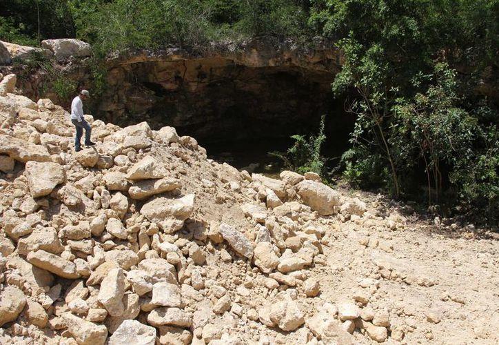 Ayer cuatro elementos de la Procuraduría de Protección al Ambiente del estado, visitaron el cenote presuntamente rellenado.  (Adrián Monroy/SIPSE)