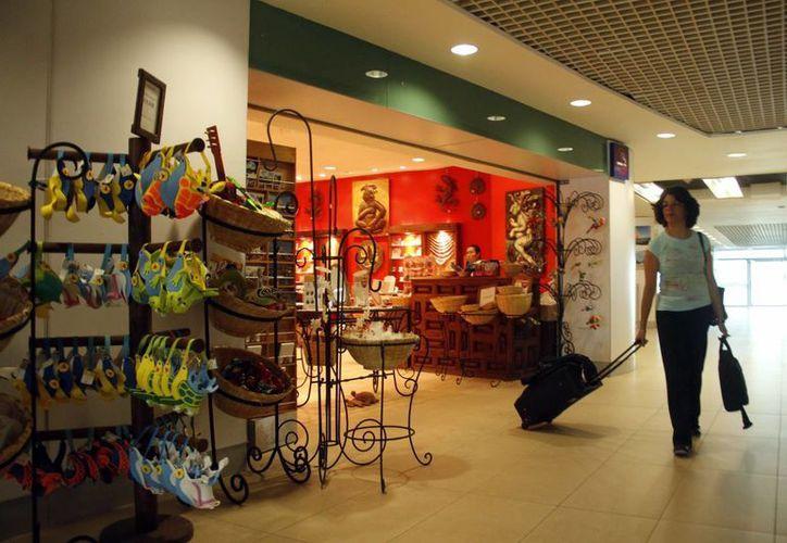 La Profeco inspeccionó comercios ubicados en el aeropuerto de Mérida. (Milenio Novedades)