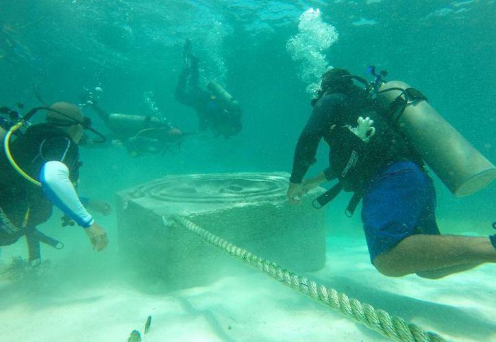 Buzos colocaron las estructuras en el fondo del mar. (Jesús Tijerina/SIPSE)