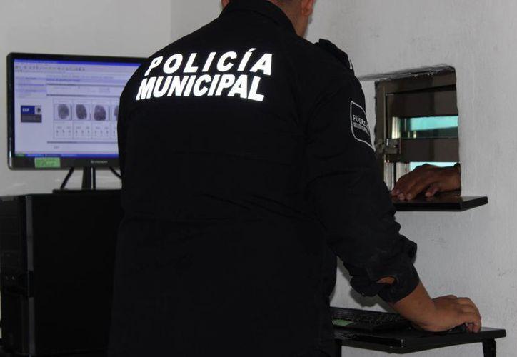 La herramienta informática es un apoyo al trabajo de los peritos dactiloscopistas. (Eric Galindo/SIPSE)