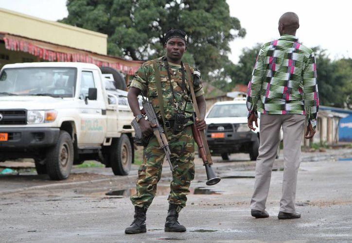Foto de archivo de un soldado de Burundi realizando un patrullaje por las calles de Bujumbura.  (Agencias)